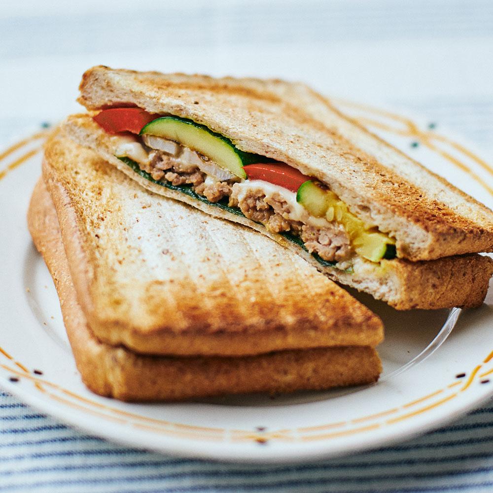 しゃきしゃき野菜と肉みそのホットサンド