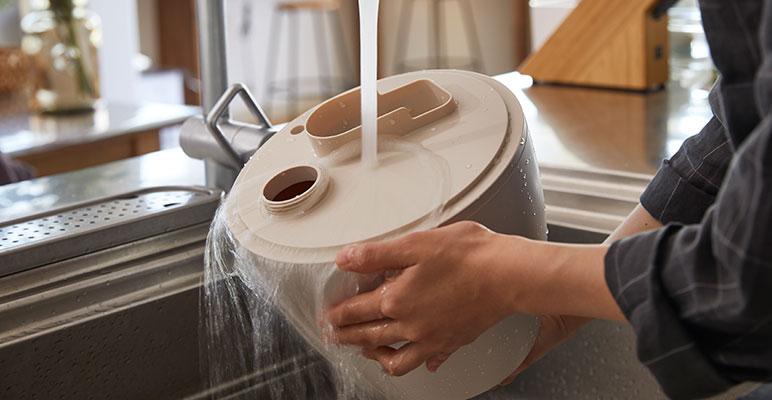 水タンクを水洗いする